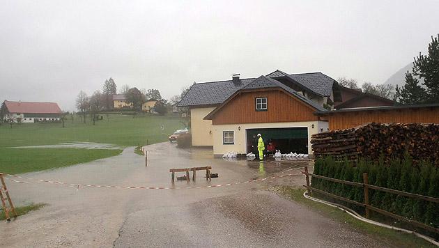 Auch einige Straßen mussten in Bad Ischl aufgrund von Überschwemmungen gesperrt werden. (Bild: APA/BARBARA GINDL)