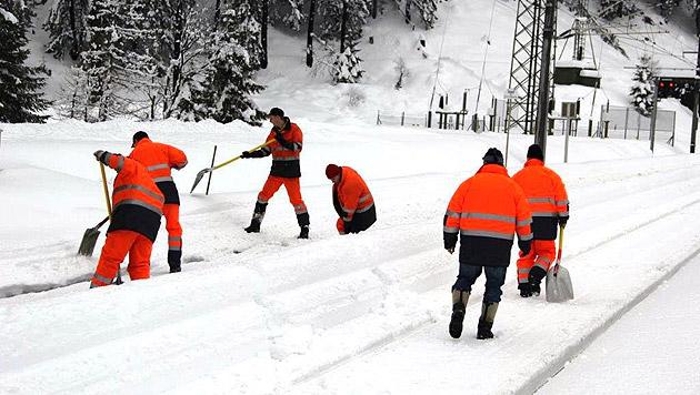 Die Helfer hatten alle Hände voll zu tun, um die Schienen vom Schnee zu befreien. (Bild: ÖBB)
