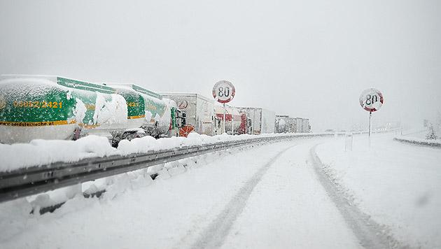 Zahlreiche Schwerfahrzeuge kamen auf der Schneefahrbahn der A10 nicht weiter. (Bild: APA/BARBARA GINDL)