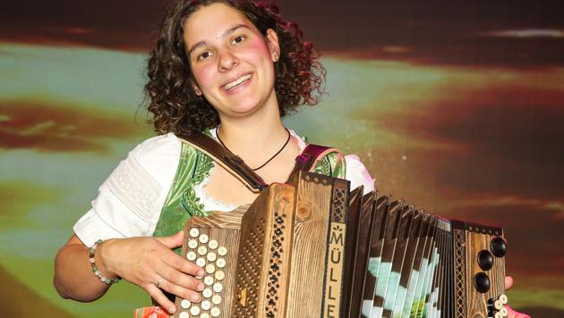 """Petra Mayer sang sich mit Babybauch und dem Lied """"Schea is des Lebn"""" in die Herzen des Publikums. (Bild: ORF/Milenko Badzic)"""