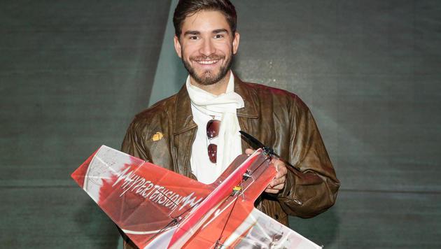Gernot Bruckman (22) ließ ein Modellflugzeug über dem Publikum tanzen. (Bild: Milenko Badzic)