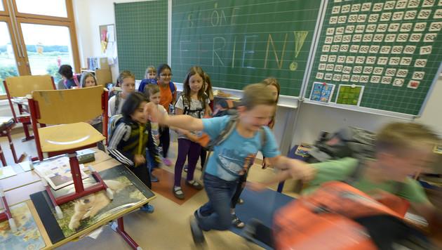 Für 446.673 Schüler starten heute die Sommerferien (Bild: APA/Roland Schlager)
