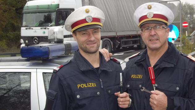 Sascha Berger und Franz Almesberger betätigten sich als Pannenhelfer. (Bild: Polizei)