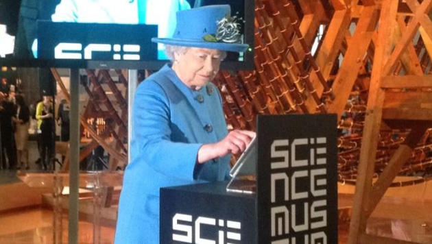 Jetzt twittert sogar Englands 88-jährige Queen (Bild: twitter.com/britishmonarchy)