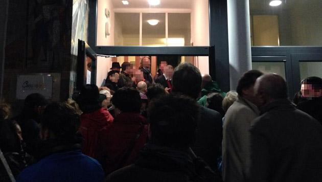 Aufgrund des großen Andrangs mussten am Donnerstagabend einige Anrainer draußen bleiben. (Bild: Junge ÖVP Alsergrund)
