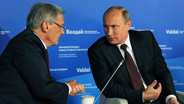 Ex-Kanzler Schüssel mit Russlands Präsident Putin bei einer Diskussionsveranstaltung in Sotschi (Bild: APA/EPA/MIKHAIL KLIMENTIEV/RIA NOVOSTI/KREMLIN)