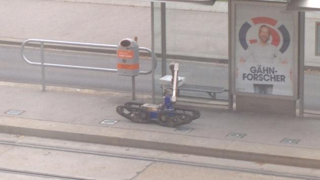Der Bombenroboter packt das Paket ... (Bild: krone.tv)