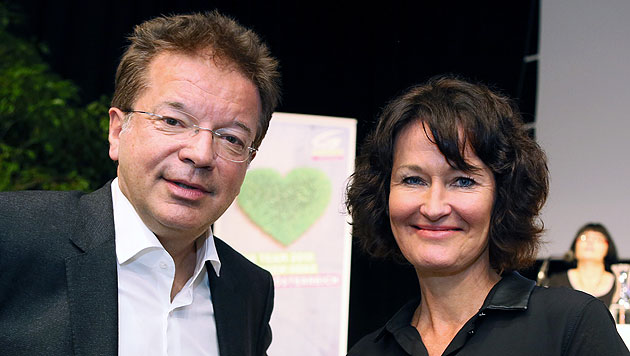 Rudi Anschober mit Bundessprecherin Eva Glawischnig bei der Landesversammlung in Oberösterreich (Bild: APA/RUBRA/Rudolf Brandstätter)