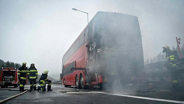 Einsatzkräfte der Feuerwehr bei Sicherungsarbeiten am Reisebus (Bild: APA/BERUFSFEUERWEHRVERBAND VOITSBERG)