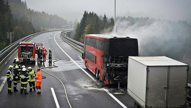 Die A2 war bis 10.30 Uhr in Fahrtrichtung Klagenfurt gesperrt. (Bild: APA/BERUFSFEUERWEHRVERBAND VOITSBERG)