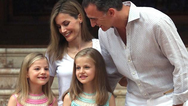 Die stolzen Eltern Letizia und Felipe mit den Infantinnen Sofia (7) und Leonor (9) (Bild: APA/EPA/BALLESTEROS)