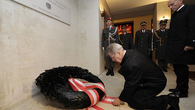 Bundespräsident Heinz Fischer bei der Kranzniederlegung (Bild: APA/Bundesheer/Harald Minich)