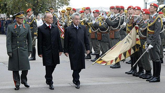 Verteidigungsminister Klug und Bundespräsident Fischer am Heldenplatz (Bild: APA/Bundesheer/Harald Minich)