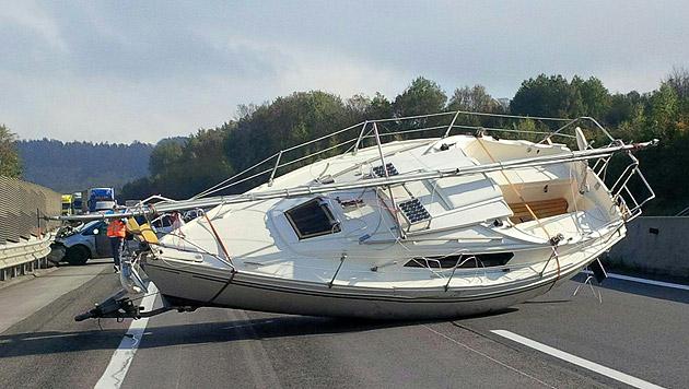 Das Segelboot verursachte auf der A21 einen kilometerlangen Stau. (Bild: APA/ASFINAG)
