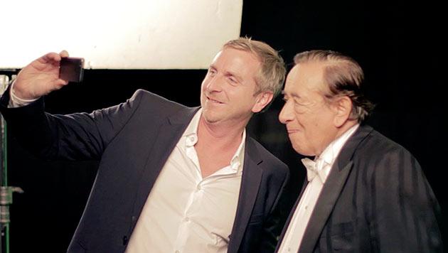 Rakuten-CEO Dieter Kindl bat Mörtel beim Dreh zum Selfie. (Bild: Rakuten)