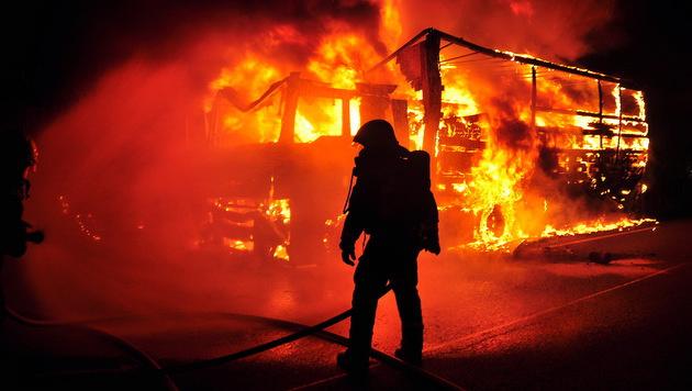 Unter Atemschutz näherten sich die Einsatzkräfte dem lichterloh brennenden Laster. (Bild: Lukas Derkits/Florian Zeilinger/Pressestelle BFK Mödling)
