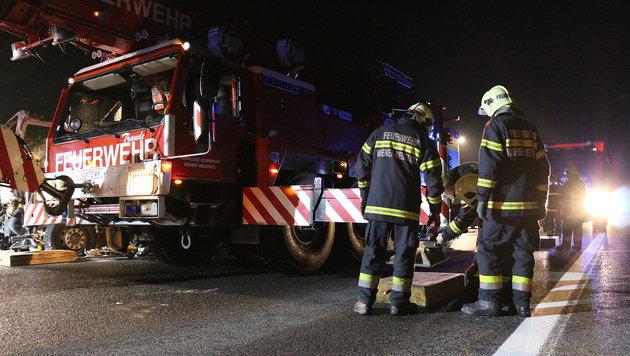 Feuerinferno auf A21 in NÖ: Lkw brannte lichterloh (Bild: Lukas Derkits/Florian Zeilinger/Pressestelle BFK Mödling)