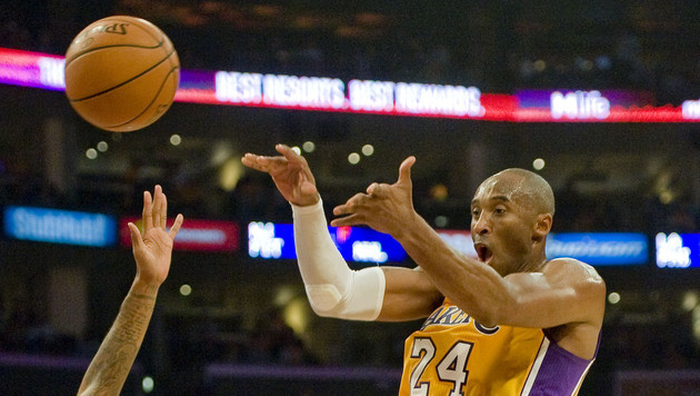NBA-Start: Ellbogen-Attacke bei Bryant-Comeback (Bild: AP)