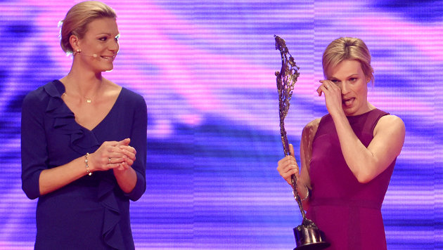 Marlies Schild bekam den Special Award für ihre Karriere von Maria Höfl-Riesch überreicht (Bild: APA/HERBERT NEUBAUER)