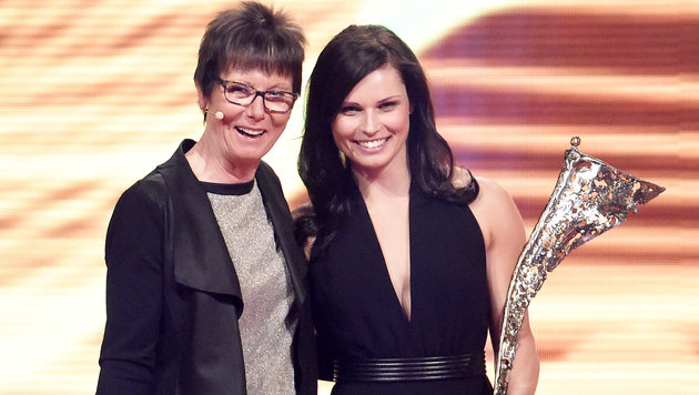 Anna Fenninger bekam ihren Preis von Annemarie Moser-Pröll überreicht. (Bild: APA/HERBERT NEUBAUER)