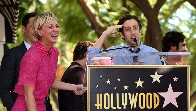 Kaley Cuoco lacht über die Laudatio von ihrem Serienkollegen Simon Helberg. (Bild: AFP EPA)