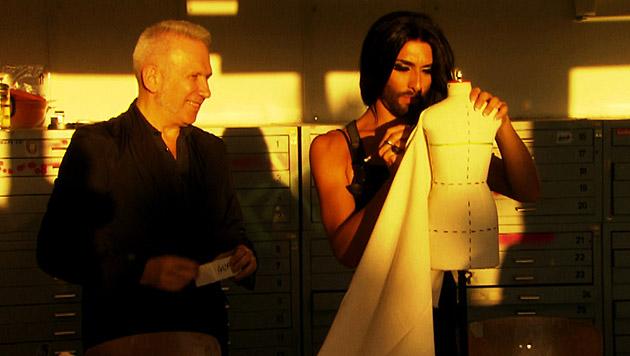 Zwei Modebegeisterte beim Kreieren neuer Stücke (Bild: ZDF/© avanti media/Boris Fromageot/Lars Barthel)