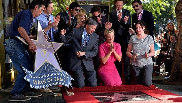 Umringt von ihren Serienkollegen und ihrem Mann freut sich Kaley Cuoco über ihren Stern. (Bild: AFP)