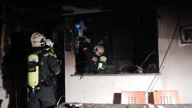 Nachdem die Familie erettet worden war, kontrollierten die Einsatzkräfte das Gebäude. (Bild: MA 68)