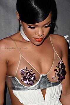 Rihanna im Tom-Ford-Kleid, das nur mit Blüten die Brustwarzen bedeckt. (Bild: AFP)