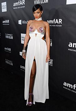 Oben hui, unten auch! Rihanna ließ auch ihre halterlosen Strümpfe blitzen. (Bild: AP)