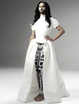 Eines der Outfits: weißes Haute-Couture-Kleid von Emmanuel Maria (Bild: © The-Unstoppables.com)
