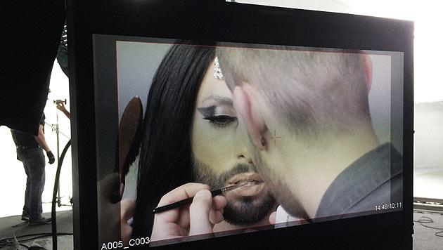 """Conchita Wurst bei den Dreharbeiten zu ihrem """"Heroes""""-Video (Bild: © The-Unstoppables.com)"""