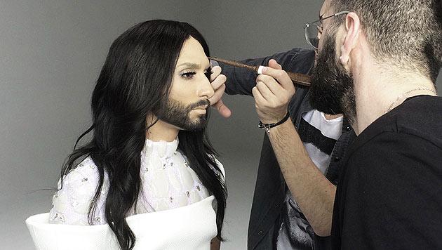 """Conchita Wurst lässt sich für den """"Heroes""""-Dreh schminken. (Bild: © The-Unstoppables.com)"""