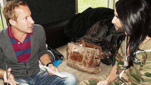 """Conchita entspannt im Kuschel-Overall beim """"Krone""""-Interview. (Bild: © The-Unstoppables.com)"""