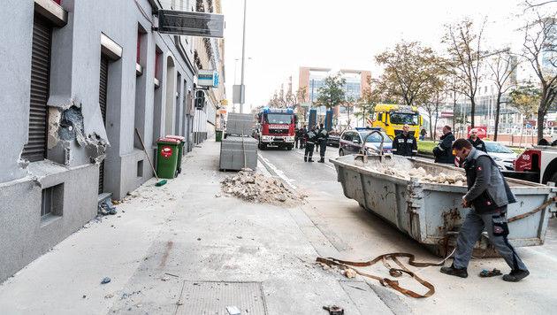 """Die Feuerwehr musste den Container vom Gehsteig entfernen. (Bild: """"Krone""""-Leserreporter Peter Berger)"""