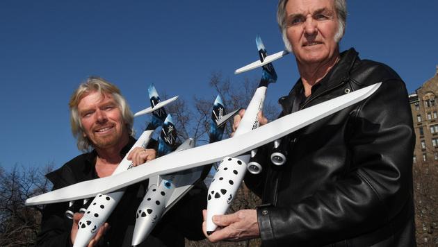 """Multimilliardär Richard Branson (links) stellte 2008 sein Raumschiff """"SpaceShipTwo"""" vor. (Bild: AFP)"""
