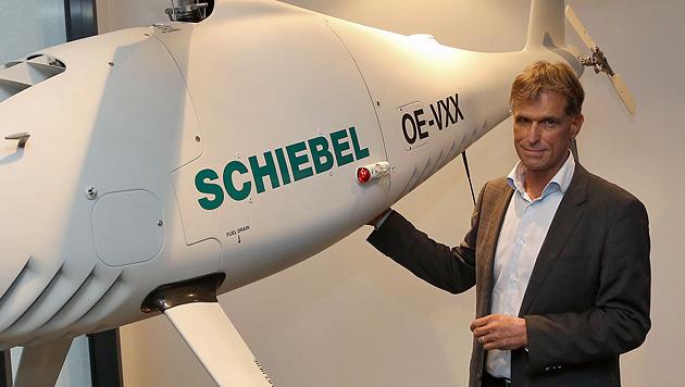 Schiebel-Boss Hannes Hecher mit einer der Drohnen (Bild: Zwefo)
