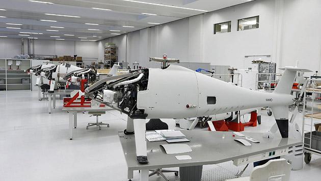 Eine Drohne neben der anderen. Bis zu 40 Apparate pro Jahr verkauft Schiebel. (Bild: Zwefo)
