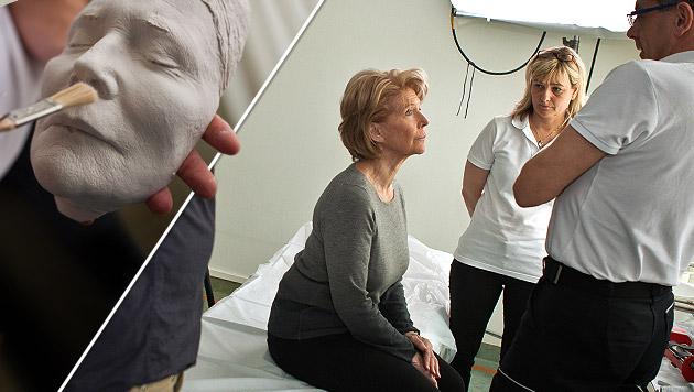 Christiane Hörbiger bei der Anfertigung ihrer Totenmaske (Bild: Caritas, Oliver Roth)