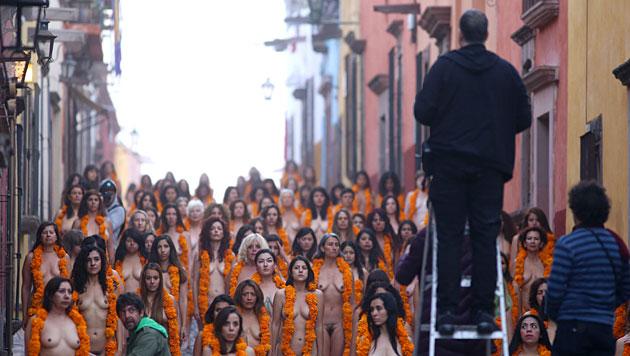 Über 100 Frauen posieren nackt für US-Fotokünstler (Bild: APA/EPA/Ulises Ruiz Basurto)