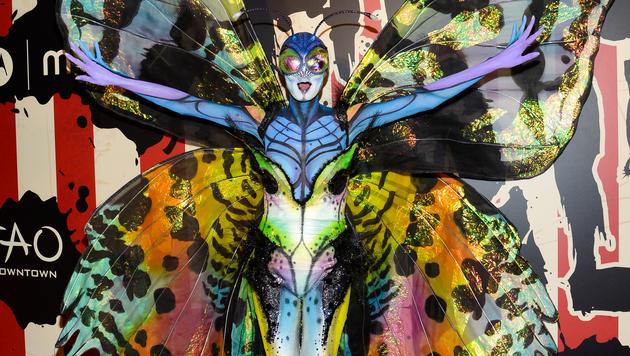 Mit viel Aufwand hat Heidi Klum sich für ihre Halloween-Party in einen Schmetterling verwandelt. (Bild: APA/AP/Evan Agostini)