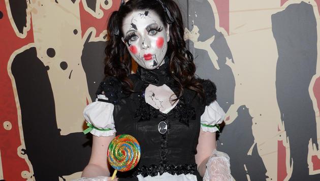 Schauspielerin Michelle Trachtenberg kam als Horror-Porzellanpuppe zu Klums Party. (Bild: APA/AP/Evan Agostini)