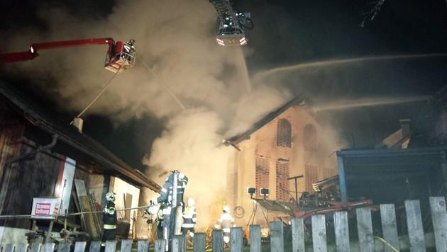 Ein Übergreifen der Flammen auf benachbarte Gebäude konnte verhindert werden. (Bild: HFW Villach/KK)