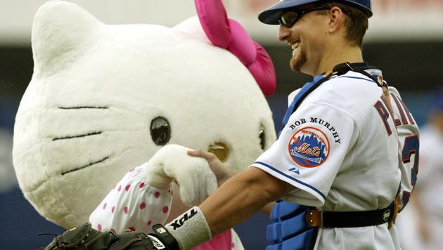 2004 warf Hello Kitty den ersten Pitch beim Spiel der New York Mets gegen die Arizona Diamondbacks. (Bild: AP)