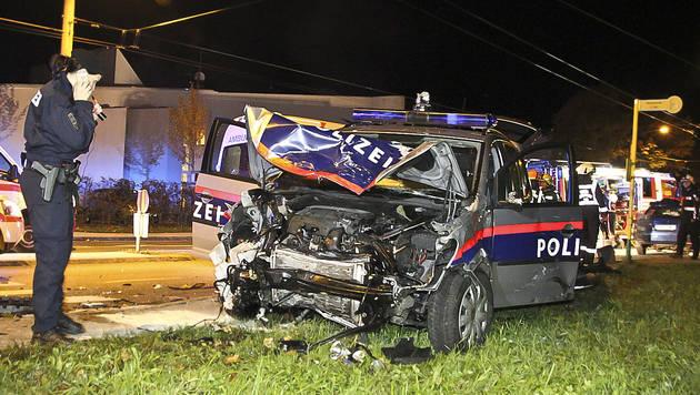 Das Polizeiauto wurde bei dem Unfall völlig zerstört. (Bild: MARKUS TSCHEPP)