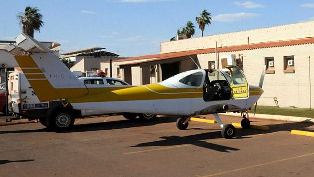Australischer Pilot parkt Kleinflugzeug vor Pub (Bild: Western Australia Police)
