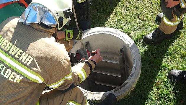 In diesen Schacht stürzte der sieben Jahre alte Bub beim Spielen. (Bild: APA/FEUERWEHR SAALFELDEN/FEUERWEHR SAALFELDEN)