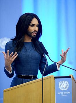 Conchita Wurst hielt in der UNO-City eine Rede. (Bild: APA/ROLAND SCHLAGER)