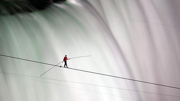 Nik Wallenda beim Spaziergang über die Niagarafälle (Bild: AP)