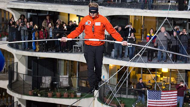 Blinder Balanceakt zwischen zwei Wolkenkratzern: Nik Wallenda liebt die Gefahr. (Bild: AP)